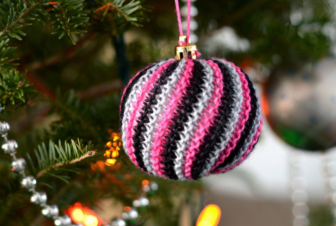 Knit A Christmas Ball Ornament