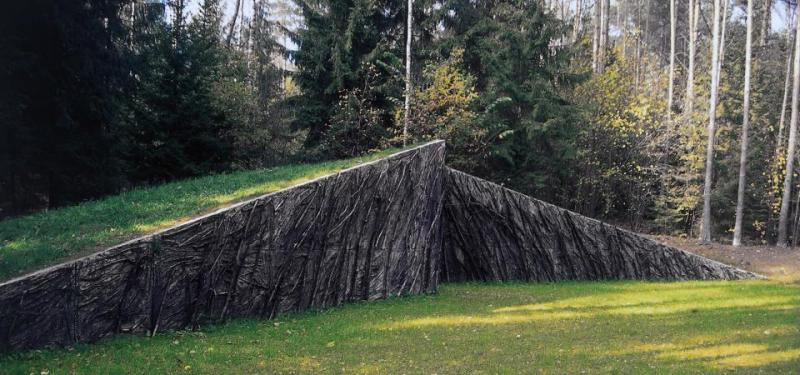 Стіни пам`яті, присвята бабусі. 1999 - 2005. Штучний камінь, гілки, смола. 4 x 25.6 x 5 м. Парк Європи, Вільнюс, Литва