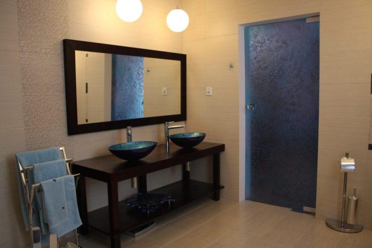 glasfusing binnendeuren  en glas wastafel badkamer