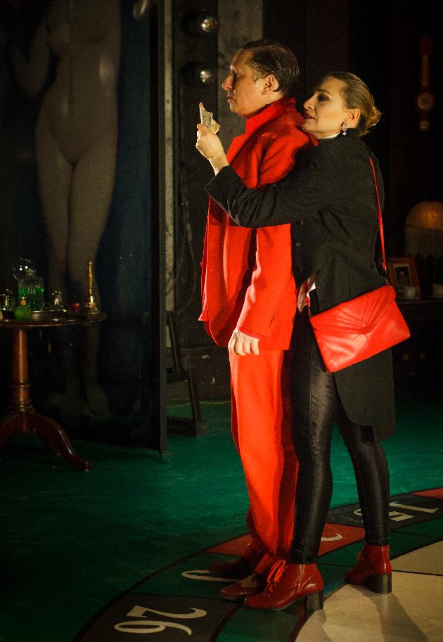 Paul Ahmarani et Évelyne Rompré dans Le Joueur. Crédit photographique: Matthew Fournier