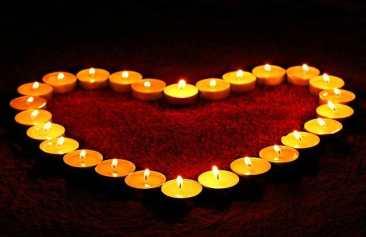 dispocision de velas formando un corazon