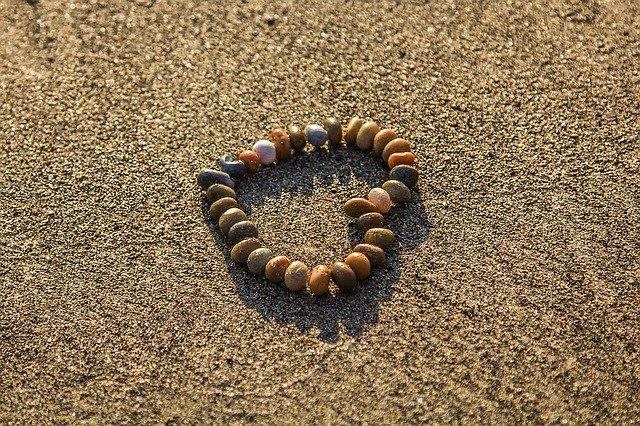 piedras formando un corazon en la arena