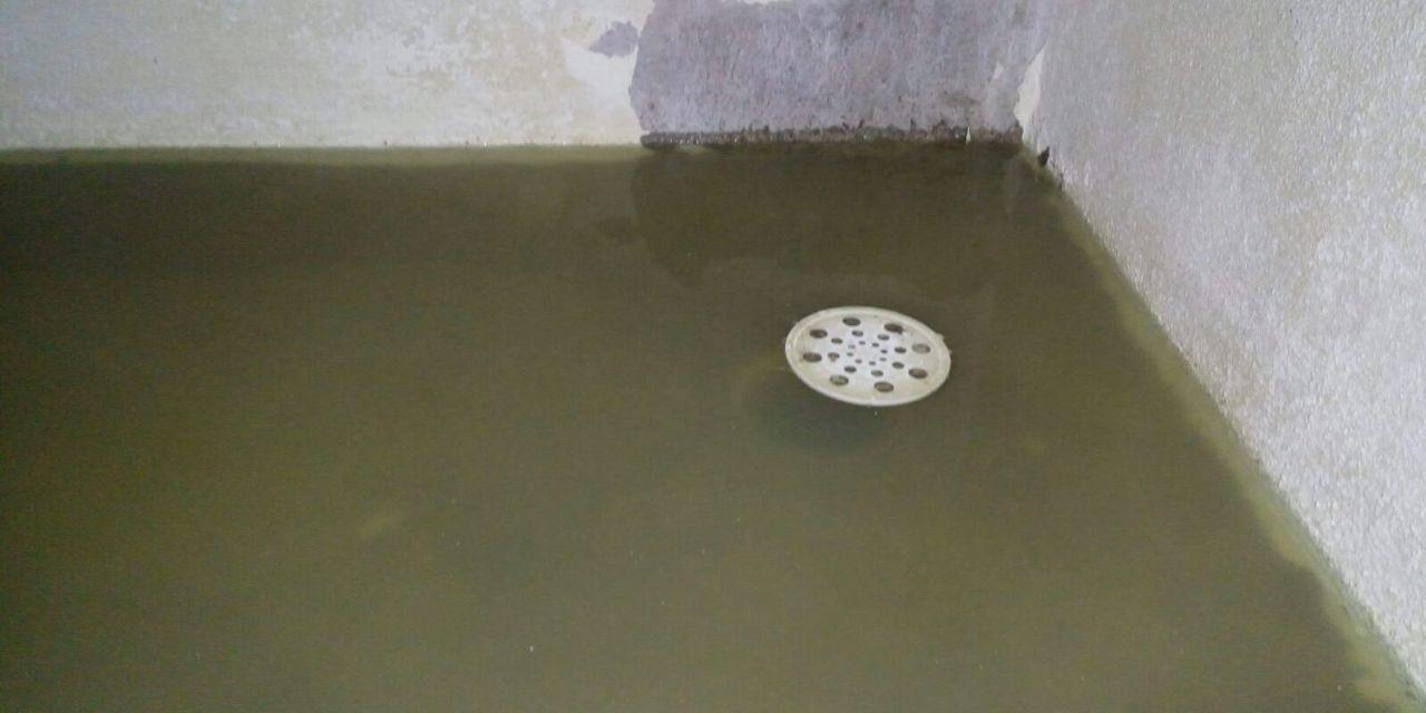 Vivienda se inunda con aguas servidas tras colapso de desagüe en la zona de las Viviendas de los Jubilados.