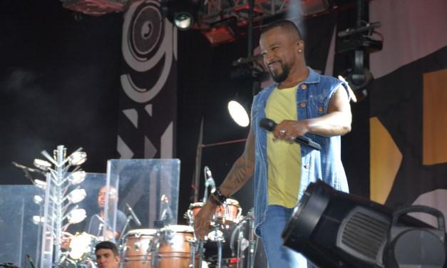 Alexandre Pires presentó «O baile do nêgo véio» en el Estadio Matias Gonzalez