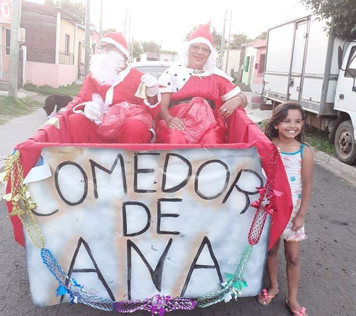 PAPÁ NOEL Y MAMÁ NOEL LLEVARON ALEGRÍA A BARRIO AYUI DESDE «EL COMEDOR DE ANA»