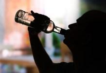 man die aan het drinken is