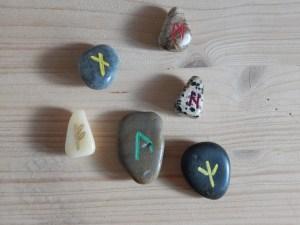 Kleine Runensteine mit Bohrung zum Umhängen