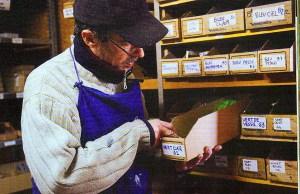 Jean-rémi Hot dans la réserve de l'atelier de GRAULHET