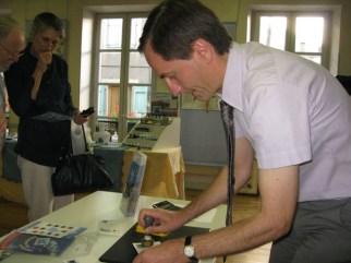 Jérôme BARAILLE responsable du bureau de Poste de GRAULHET oblitère les enveloppes 1er jour.