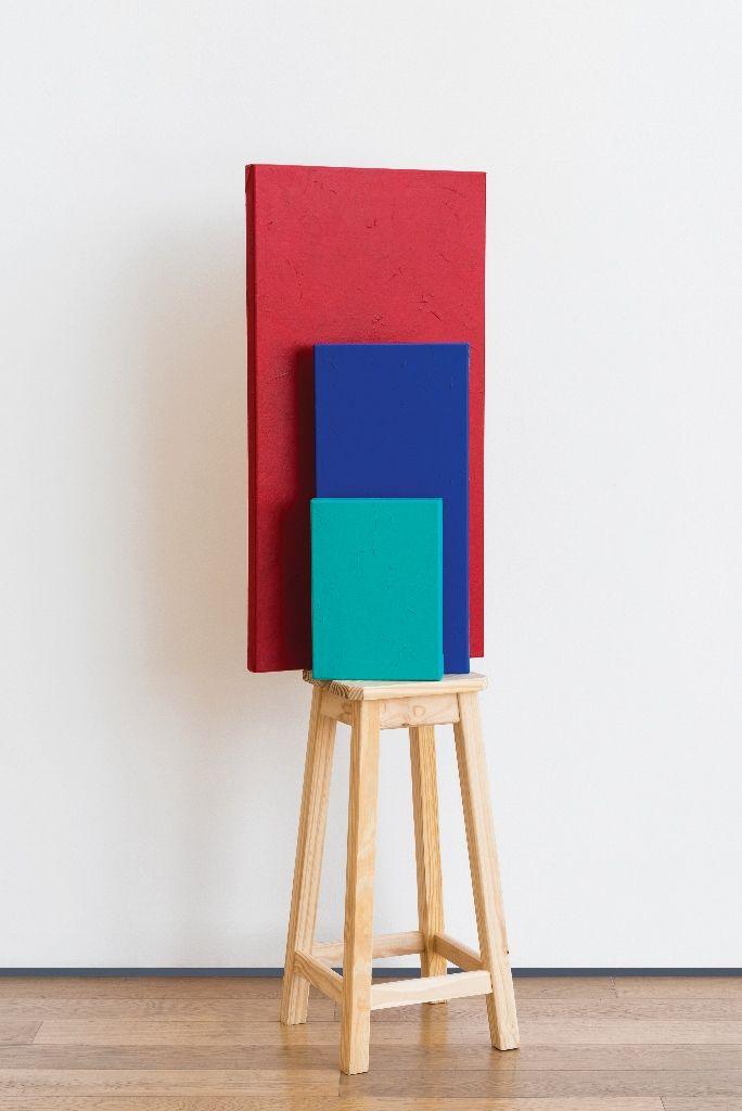 Horacio Zabala, Pedestal para tres monocromos (Malevich & Duchamp), 2015, banqueta de madera, acrílico sobre tela, 134 x 100 x 29 cm. Colección del artista. Cortesía: Estudio Giménez-Duhau