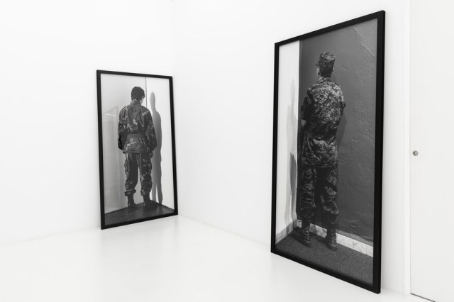 """Santiago Sierra. Vista de la exposición """"Viaje al fin de la Revolución(es)"""", en Galería Casado Santapau, Madrid, 2020."""