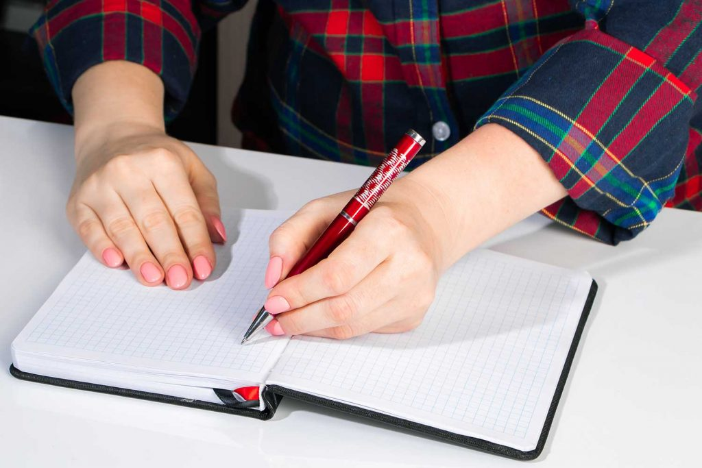 10 Best Pens for Lefties – A Complete Buying Guide for 2021