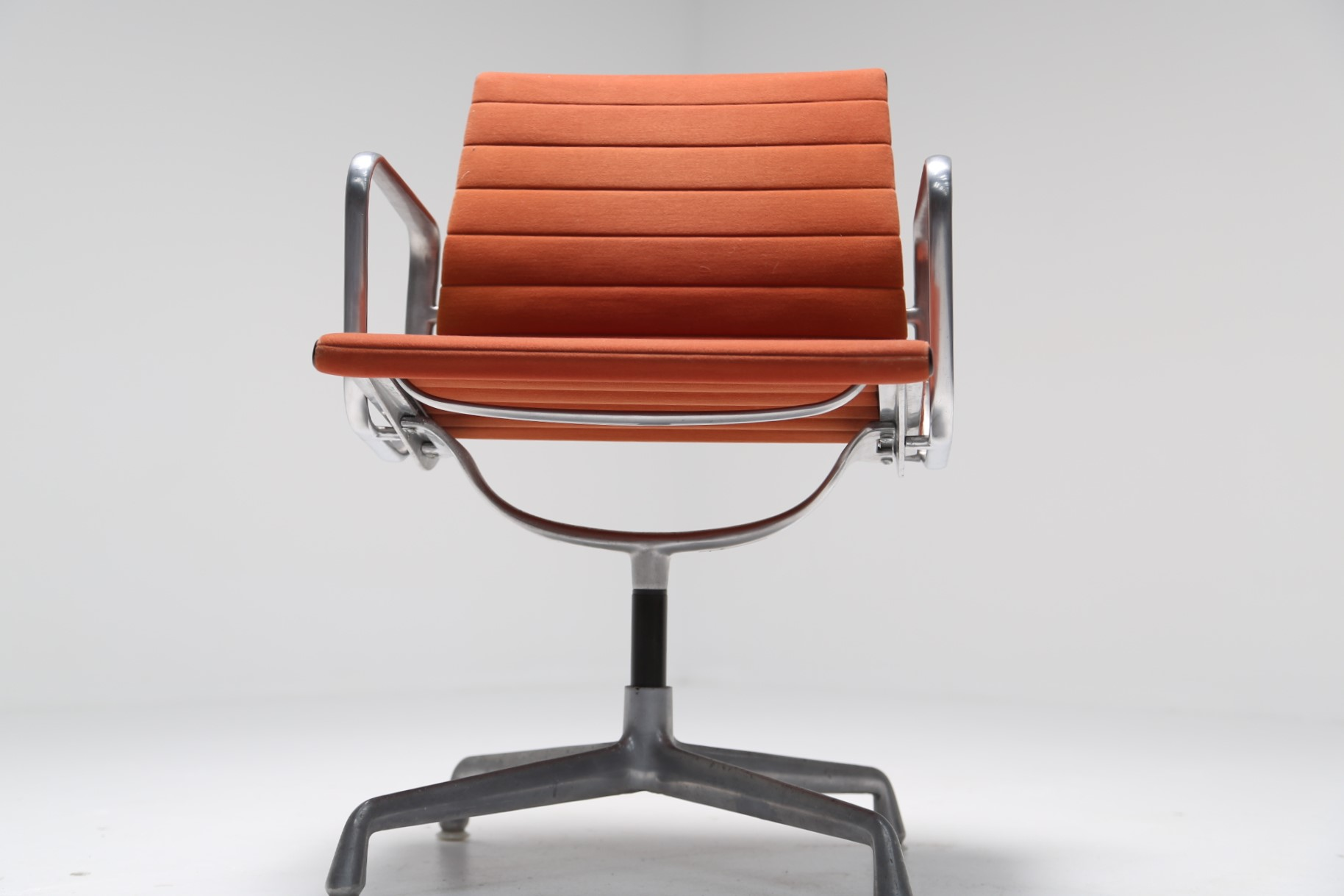 Eames Desk Chair Vintage Charles And Ray Eames Aluminium Group Chair Ea 107