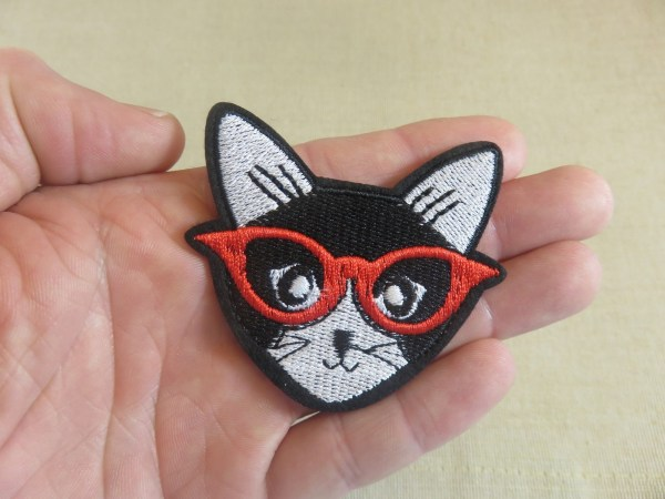 Patch chat écusson thermocollant animal avec lunette rouge