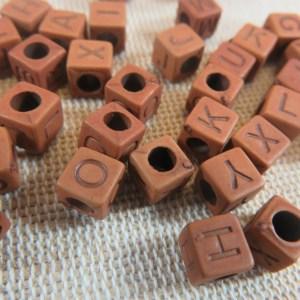 Perles carré alphabet marron acrylique 6mm – lot de 100