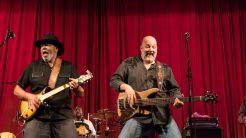 Texas Slim na kytaru, Chris Gibson na basovou kytaru,