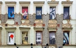 Venkovní výstava fotografií na fasádě domu SmetanaQ vzbuzuje Naději