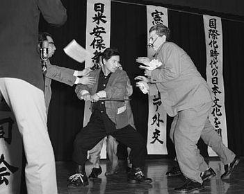 【写真】浅沼社会党委員長の暗殺【ピューリッツァー賞】