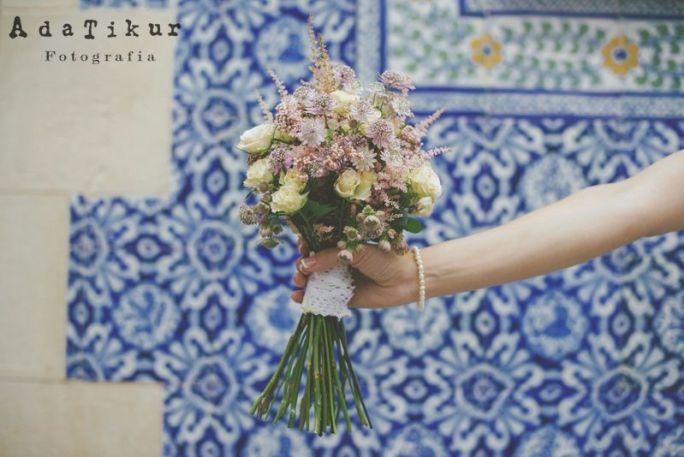 Ramo de flor variada con astrantia, rosas, astilbe y flor de arroz