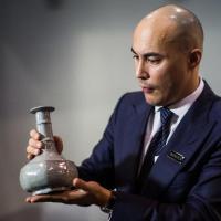 Сотрудник аукциона с вазой династии Южная Сун