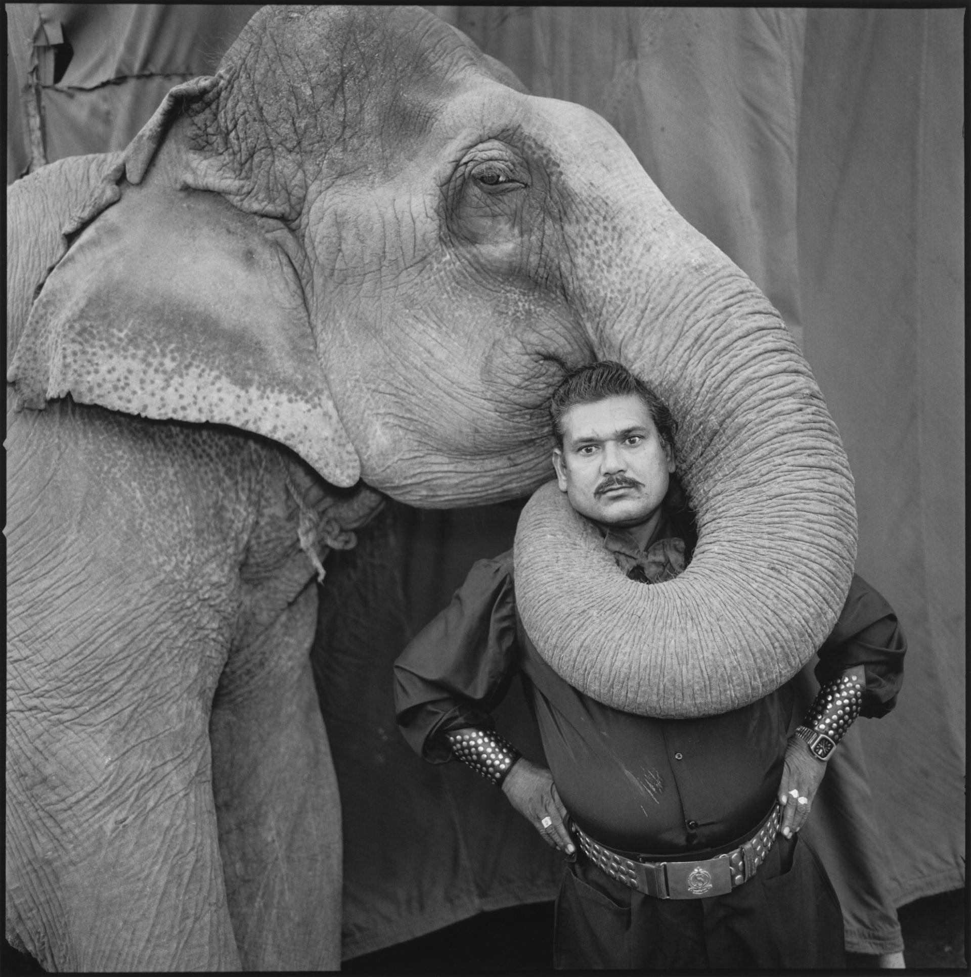 Рам Пракаш Сингх со своим слоном Шьямой. Великий золотой цирк. Ахмадабад, Индия. 1990 г.