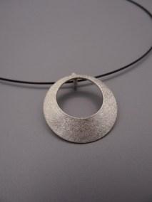 Arto Edelsmeden- Zilveren cirkel hanger grofmat met ronde opening