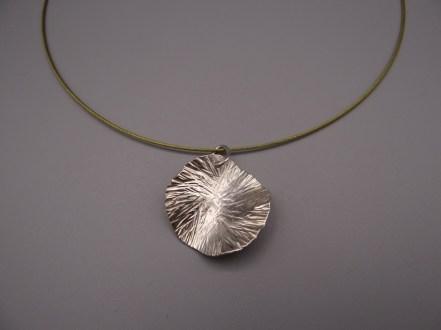 Arto Edelsmeden- Zilveren ronde hanger met hamerslag