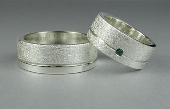 Arto Edelsmeden- Zilveren stellendag trouw_relatie ring grof_glans met groene zirkonia