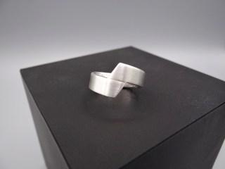 Arto Edelsmeden- zilveren ring schuinafgewerkt