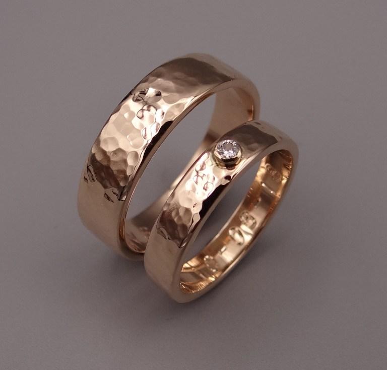 Arto Edelsmeden- Rosé gouden trouwringen afgerond met 2mm diamant en bolhamer afwerking