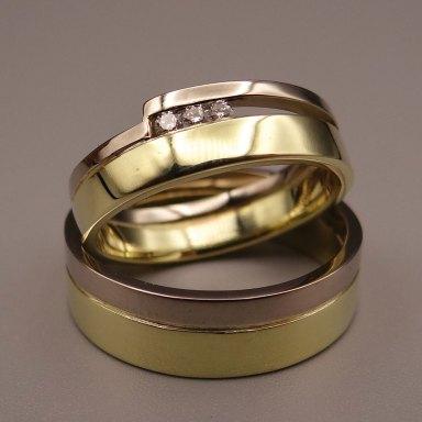 Arto-Edelsmeden--witgoud_geelgoud-combinatie-ringen-met-in-dames-ring-drie-diamanten-in-rail-gezet.-Stellendag-trouw--_relatieringen-maken