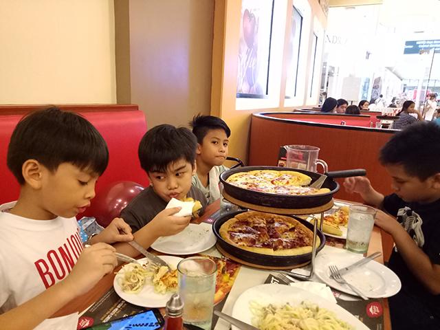 Th Birthday Fun With Minecraft Kidzooona And Pizza Hut - Childrens birthday parties pizza hut