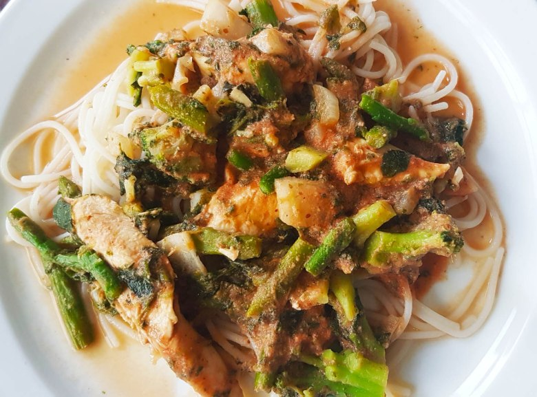 Spaghetti with asparagus and chicken