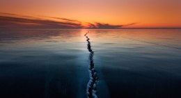 """Baikal: """"Fantastic sunrises and sunsets with the skies painted in different colors, from pink to blood-red and stones covered with bizarre pattern of ice."""" bild: Alexey Trofimov"""