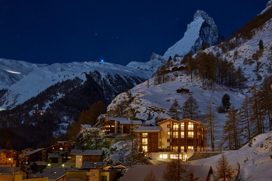 La Vue - Das Chalet liegt auf einem Felssporn vierzig Meter oberhalb Zermatt mit Blick über das ganze Dorf.