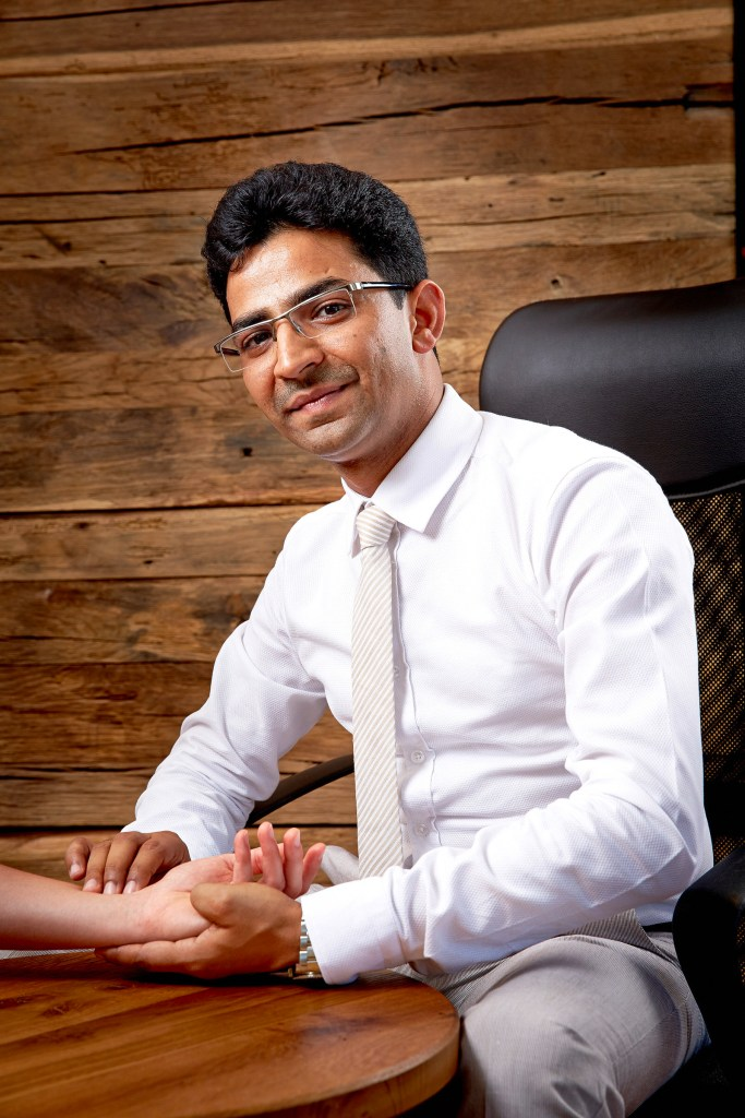 Gaurav Sharma, Ausbildung als Ayurveda-Spezialist mit Doktorgrad.