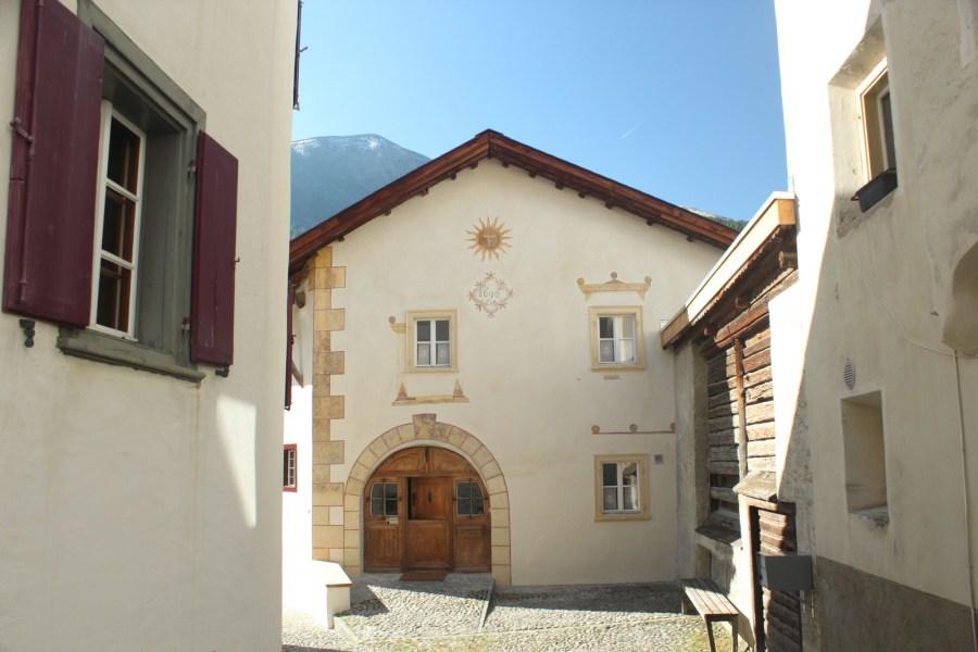 Das typische Engadinerhaus im alten Dorfkern von S-Chanf.