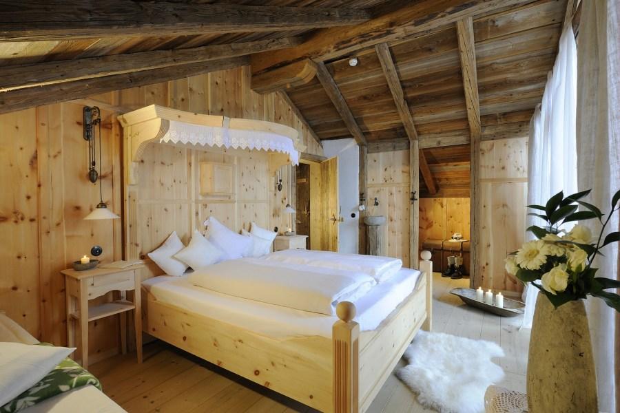 Natürliche Materialien wie Holz, Naturstein und Leinen schaffen eine einzigartige, authentische Wohlfühl-Atmosphäre.