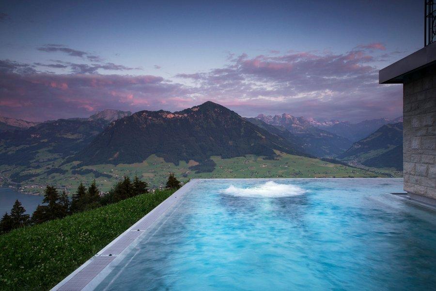 Der 34ºC warmenAussenpool mit Blick auf Berge, See oder Nebelmeer.