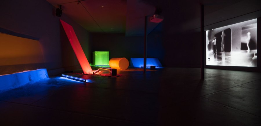 Dis-Play II with videos. 2018 Dia/Dan Flavin Art Institute, Bridgehampton, NY 2018 - 2019. Foto © Caterina Verde