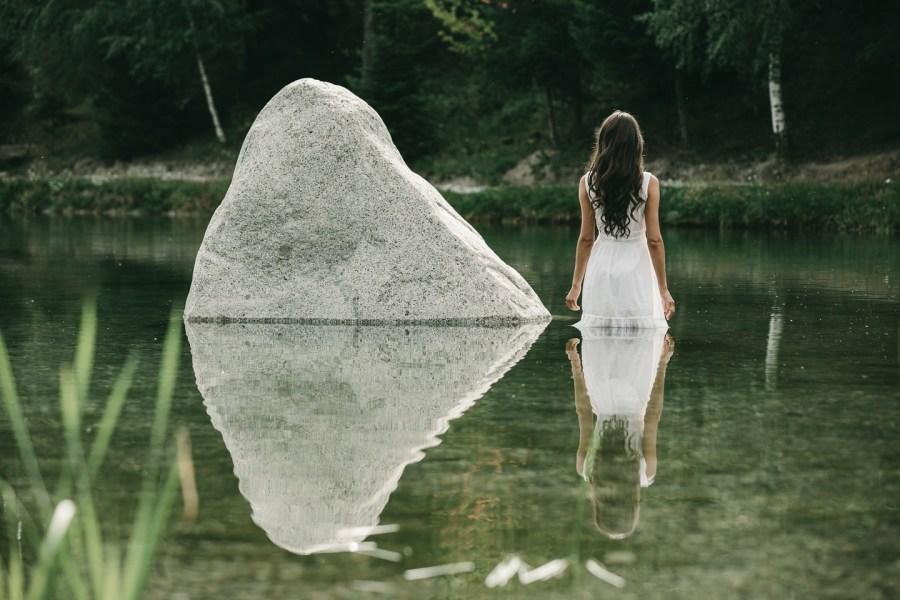 """Eintauchen, durchatmen, frei sein. Der Natursee: Ein natürlicher """"Place to be"""" voller Kraft und Energie."""
