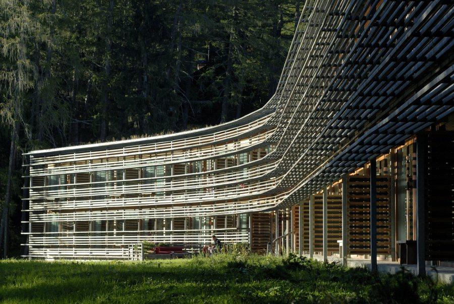 Das vor 15 Jahren erbaute Vigilius Mountain Resort, das Pionierprojekt von Matteo Thun & Partners, markiert den Ausgangspunkt eines Hotelkonzepts, bei dem die Natur und ein ganzheitlicher Gestaltungsansatz im Mittelpunkt stehen.