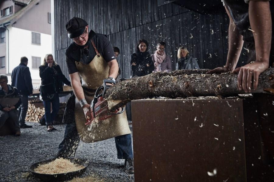 """Sternekoch mit Kettensäge: """"Da ich oft mit Holz arbeite, etwa um Sägemehl oder Holzwolle zum Räuchern herzustellen, gehört eine Kettensäge zu meiner Grundausrüstung."""" (Foto: Daniela Kienzler)"""