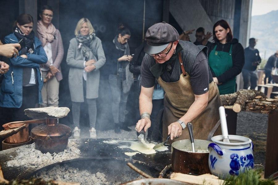 Der eigenwillige Sternekoch Stefan Wiesner am Feuerring (Foto: Daniela Kienzler)