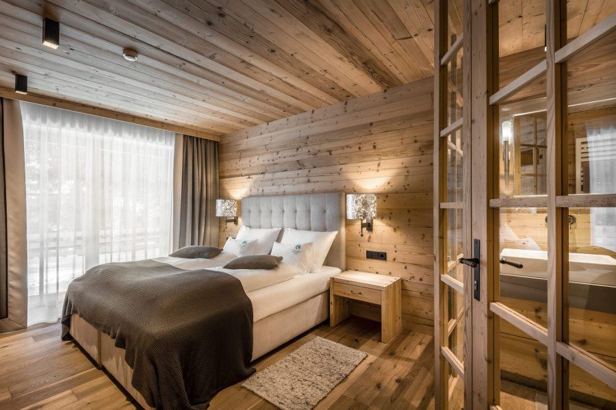 Das 130 Quadratmeter große Chalet Regina verfügt über drei gemütliche Schlafzimmer mit jeweils eigenen Bädern.