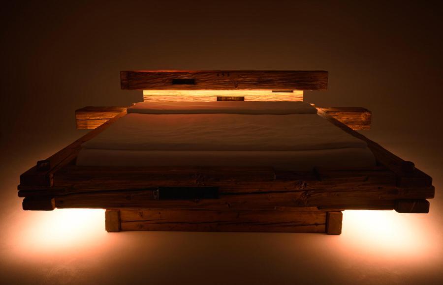 Altholz Balkenbett aus 400 Jahre alte Fichtenholz: Rifiuti di legno. Steckverbindungen halten das Bett zusammen, ein Blickfang sind die Holznägel.