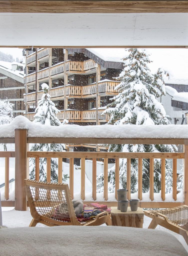 Der Balkon bietet einen atemberaubenden Ausblick auf die umliegenden Berge.