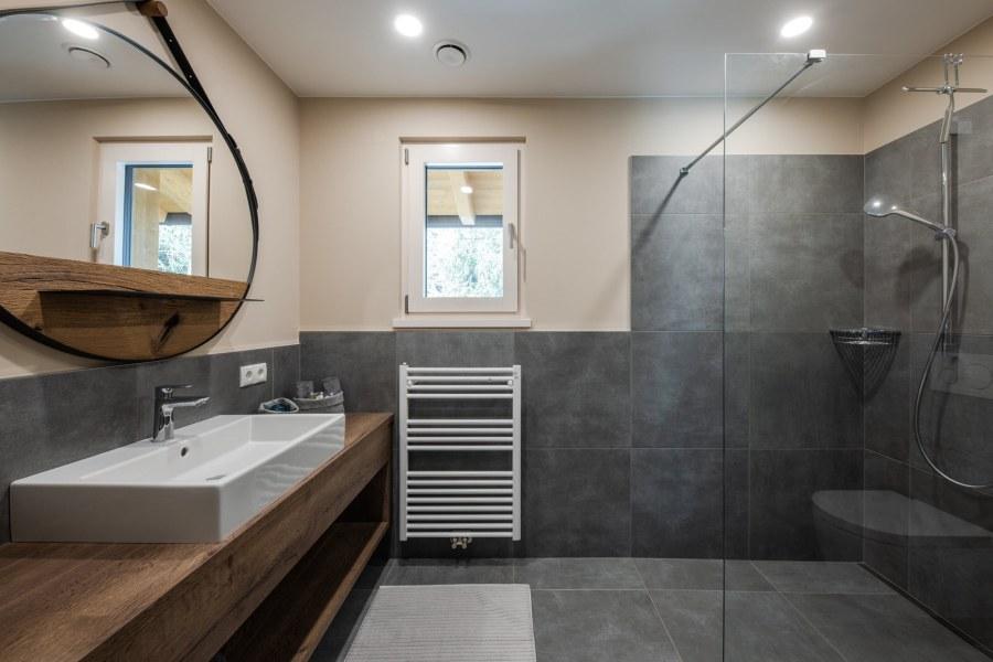 Relaxdusche, Kosmetikspiegel, Föhn, Kosmetik- und Handtücher, Bademäntel als auch Shampoo, Duschgel und Seife stehen Ihnen zur Verfügung.