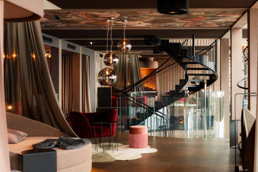 """""""MOHR escape"""": Offene Liegeinseln wechseln sich ab mit geschlossenen Lounges für mehr Privatsphäre und Ruhe."""