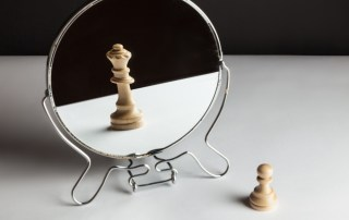 Image of chess piece in mirror different than reality
